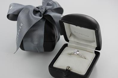 Heiratsantrag zu Weihnachten mit einem Verlobungsring von RENÉSIM